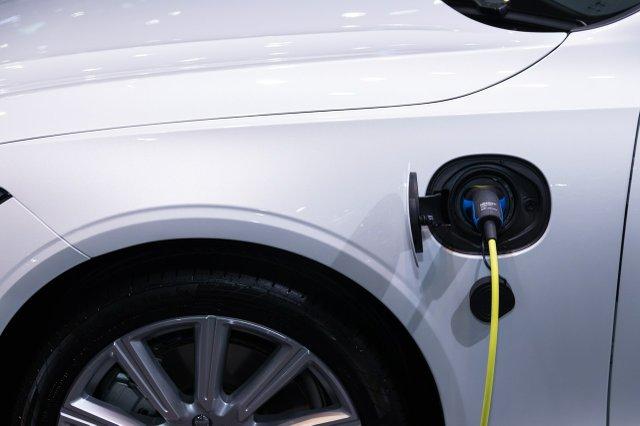 white-car-charging-3846205.jpg