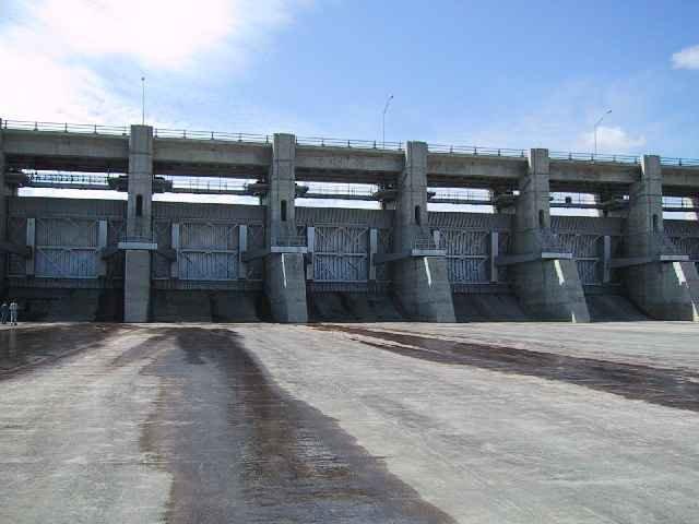 Spillway_Gates_at_Gardiner_Dam.jpg