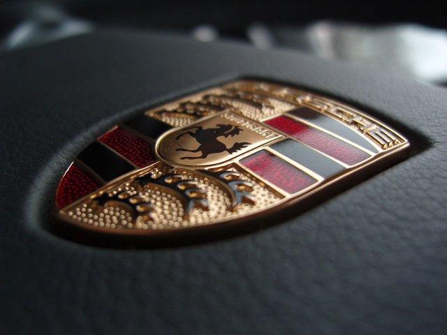 1280px-Porsche_emblem_on_a_steering_wheel.jpg